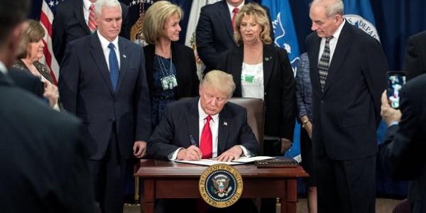 Donald Trump avvia la costruzione del Muro, stop ai rifugiati