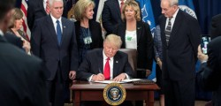 Trump firma documenti