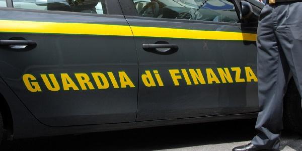 Pavia, uso indebito di carte di credito: arrestato direttore delle Poste