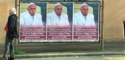 conservatori contro Papa, manifesti contro papa roma, manifesti Papa Francesco, manifesti papa Roma, manifesti Roma, Papa bergoglio, Roma