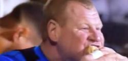 Wayne Shaw FA Cup, video panino portiere Sutton, Wayne Shaw FA Cup video, Wayne Shaw mangia panino FA Cup, video portiere che mangia panino, multa portiere Wayne Shaw panino, Sutton Arsenal FA Cup