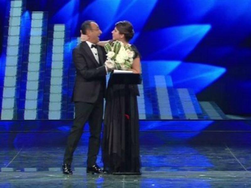 Sanremo 2017, Geppi Cucciari bacia Carlo Conti sulle ...