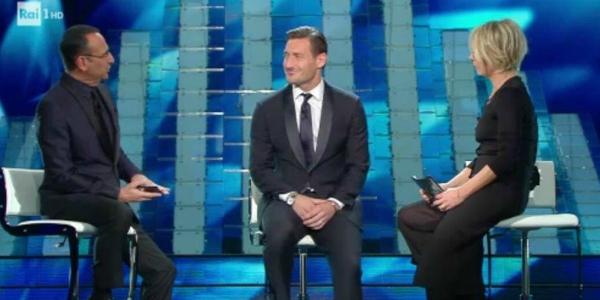 """Sanremo 2017, Totti sbaglia il nome di un autore: """"C'è troppa luce, nun se vede"""""""