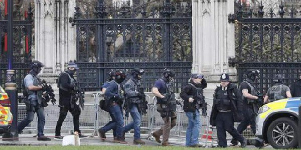 Londra, l'Isis rivendica l'attacco di Westminster. May: