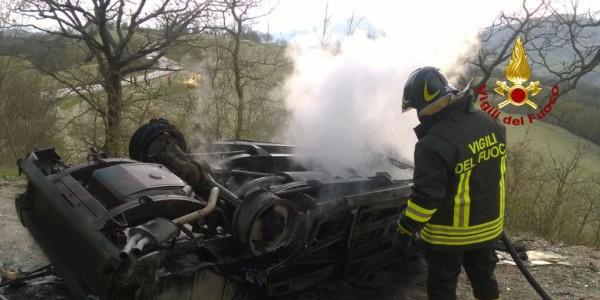 Auto a fuoco, muore padre, figlia ferita