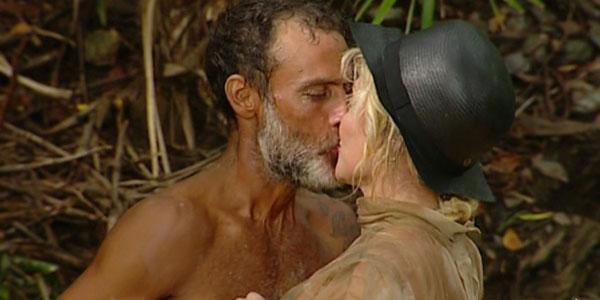 """Isola dei Famosi, puntata 14 marzo 2017: tanti baci tra Raz Degan e Paola Barale, Moreno eliminato ma rimane in gioco da """"primitivo"""""""