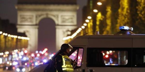 attentato Champes Elysees, attentato parigi, due morti parigi, morti Parigi attentato, sparatoria Champes Elysees, spari Parigi