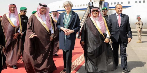 Arabia Saudita, Theresa May in visita rifiuta di indossare il velo
