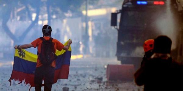 Venezuela, Maduro vuole cambiare la Costituzione. Opposizioni: