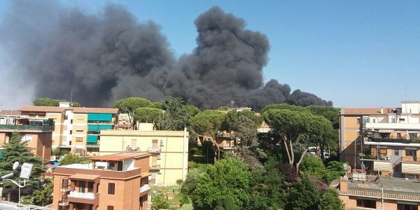 Roma, incendio in uno sfasciacarrozze: paura nube tossica a Battistini
