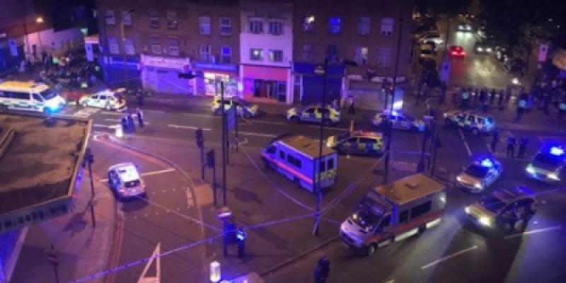Londra, van sulla folla fuori dalla moschea | Un morto e otto feriti, preso l'attentatore