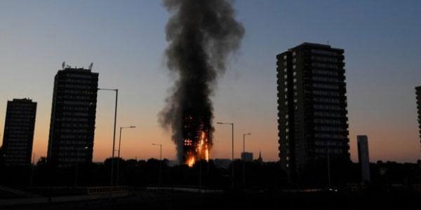 Grenfell Tower rivestita da materiale proibito   Monta la protesta tra i familiari delle vittime
