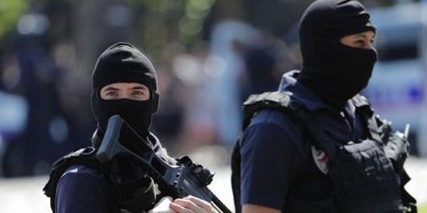 Parigi, auto contro un furgone della polizia | L'attentatore aveva con sé 9mila munizioni
