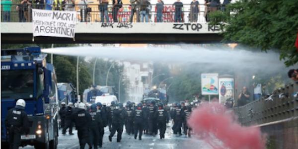 Ad Amburgo inizia il G20, scontri in piazza | Feriti 196 agenti e 70 manifestanti fermati