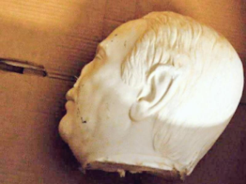 Falcone, statua falcone, decapitata statua falcone