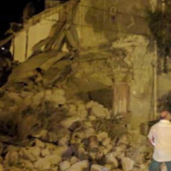 "Ischia, dopo il terremoto l'isola si svuota | I sindaci ai turisti: ""Tranquilli, restate"""