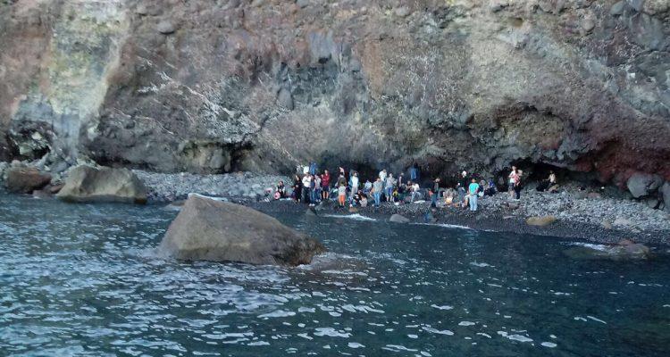 Primo sbarco di profughi alle Eolie|Migranti abbandonati in spiaggia