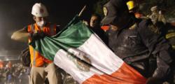 """Scene apocalittiche a Città del Messico per un violento sisma di magnitudo 7.1 che ha causato almeno 248 vittime. L'epicentro è stato localizzato a pochi chilometri da Chiautla de Tapia, a Puebla, a 10 km di profondità. L'Usgs americano riferisce di una magnitudo stimata a 7.1, mentre l'ente geofisico nazionale ha fissato la stima preliminare a 6.8. Le tv messicane hanno mostrato immagini di edifici crollati in parti molto popolose di Città del Messico. Uno degli edifici crollati è un grande parcheggio vicino a un ospedale. Alcuni quartieri abitati dalla classe media sono stati tra i più colpiti, come Roma, Del Valle e Napoles. Primi scenari terribili a #Città del #Messico dopo il terremoto. Ci sono crolli, fughe di gas e esplosioni. pic.twitter.com/1gheTLPrpj — Marco Ferraglioni (@MFerraglioni) 19 settembre 2017 Un edificio è crollato a Condesa, quartiere centrale di Città del Messico. Il traffico aereo verso l'aeroporto internazionale di Città del Messico, distante 123 chilometri dall'epicentro, è stato bloccato dopo il sisma. Lo riferiscono i siti che monitorano il traffico aereo. Tra gli edifici distrutti dal sisma c'è una scuola dove sono morti quattro adulti e 26 bambini. Molte le persone ancora intrappolate sotto le macerie. La maggior parte delle vittime è stata registrata nello Stato di Morelos. """"Il 40% di Città del Messico e il 60% dello Stato di Morelos è senza elettricità"""", ha detto in un messaggio al Paese il presidente Enrique Pena Nieto. """"Questo sisma rappresenta una dura e dolorosa prova per il Paese"""", ha aggiunto. Nel complesso sono oltre quattro milioni le persone rimaste al buio in tutto il Paese. Fortemente danneggiato anche lo storico stadio Atzeca a Città del Messico, il tempio del calcio messicano. Il terremoto ha provocato ingenti danni alla città storica di Cuernavaca, capitale dello Stato di Morelos, a sud di Città del Messico. Secondo la rete tv Excelsior, tra i monumenti danneggiati, il palazzo delle Cortes, la cattedrale, il palazzo del """