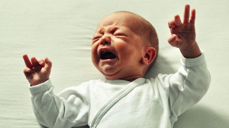 Il neonato piange, ecco come calmarlo