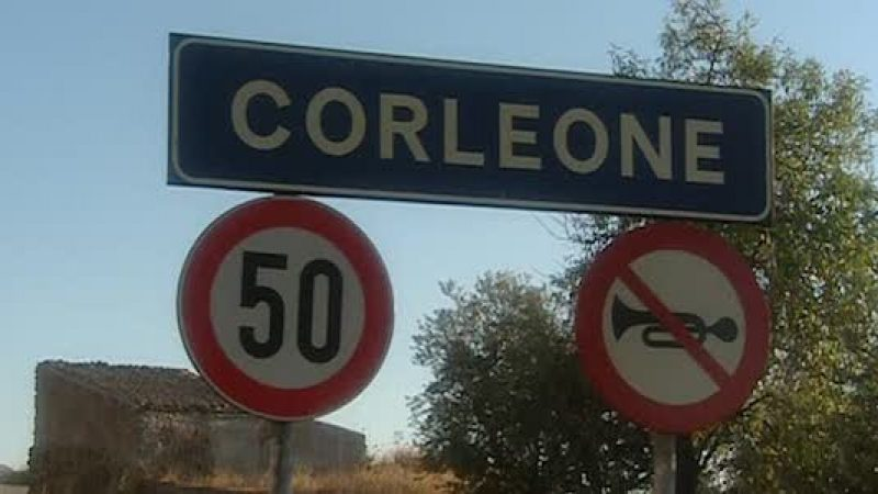 Corleone, la salma di Totò Riina al cimitero | La tumulazione dopo una breve cerimonia
