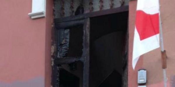 Ostia, incendiato il portone del circolo del Pd