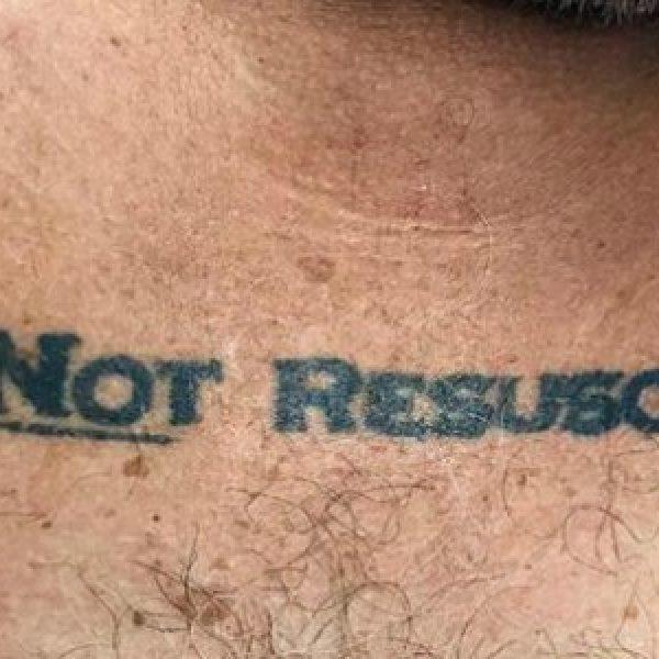 Arriva in ospedale con il tatuaggio
