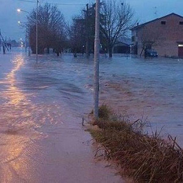 Maltempo, il fiume Enza rompe gli argini | Ma preoccupano anche il Parma e il Secchia