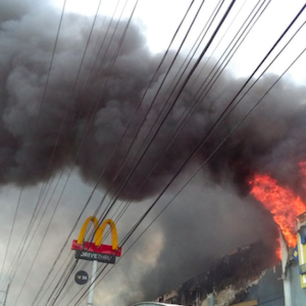 Filippine, 37 persone bruciate vive in un rogo | La tragedia all'interno di un centro commerciale