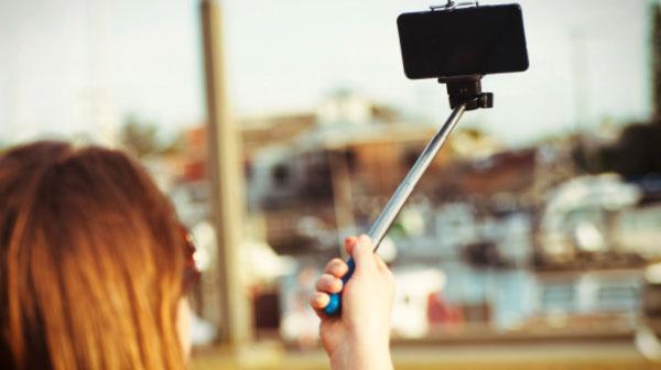 """Postare continuamente selfie è un disturbo mentale: si chiama """"selfite"""""""