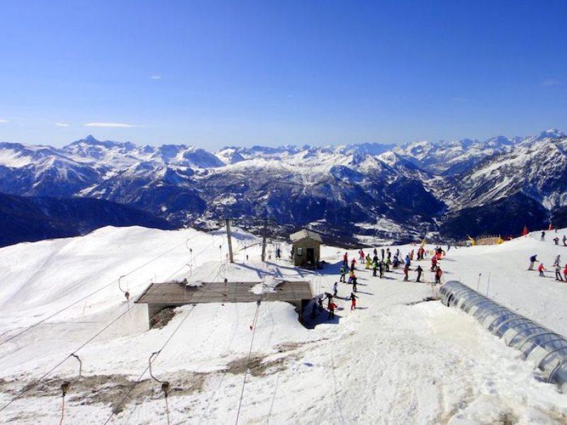 Sestriere, sciatore sbatte su barriera: morto un uomo di 31 anni