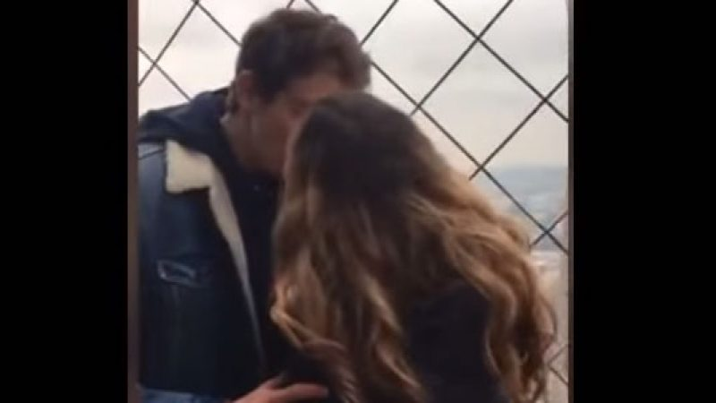 Bacia uno sconosciuto sulla Torre Eiffel e se ne innamora, ma lui…