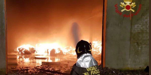 In fiamme un capannone nel Pavese: 100 evacuati. È allarme diossina