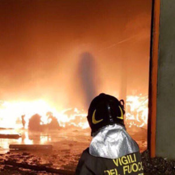 Pavia, incendio in capannone di materiale plastico |Preoccupazione per una nube tossica