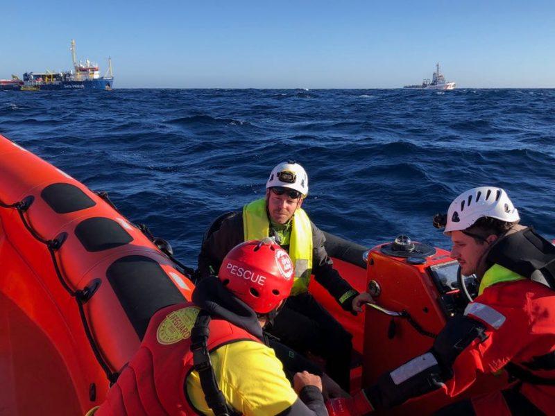 sbarco migranti a lampedusa, 10 bambini migranti con maglietta rossa, 31 migranti soccorsi da turchia in mar egeo