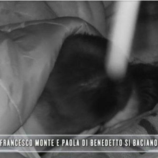 Isola dei Famosi, il bacio tra Paola Di Benedetto e Francesco Monte