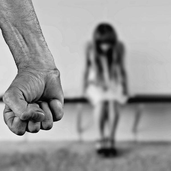 Picchia e violenta la compagna per 3 giorni: arrestato