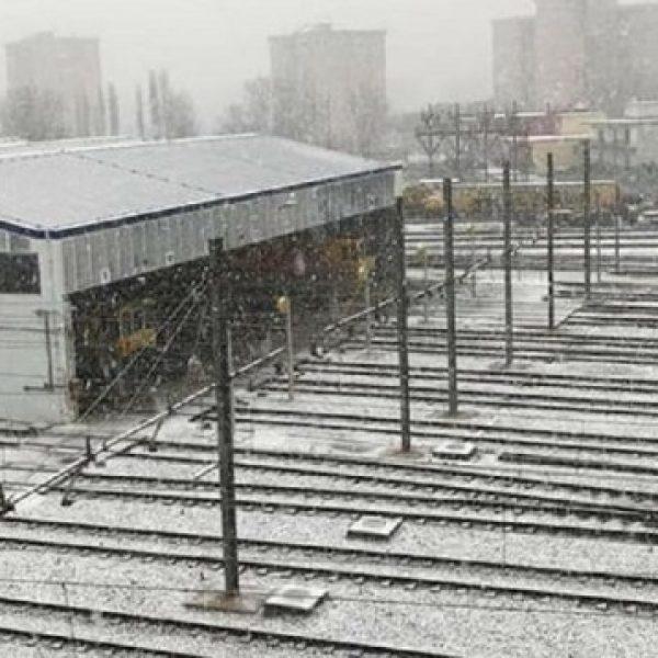 Bufera di neve a Napoli, voli cancellati e scuole chiuse