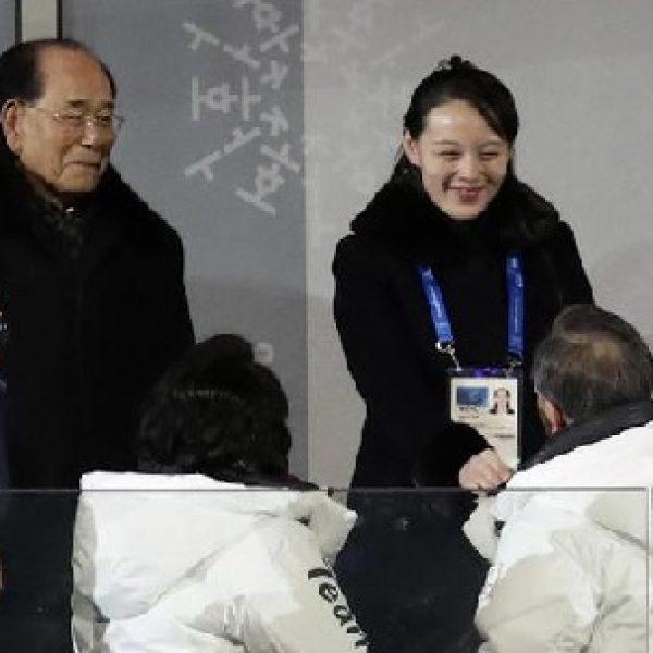Olimpiadi, Moon stringe la mano a sorella di Kim