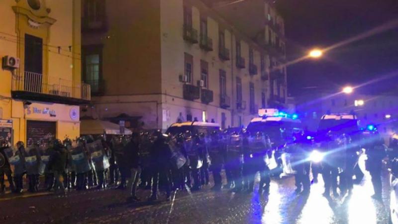 Napoli, scontri tra centri sociali e forze dell'ordine