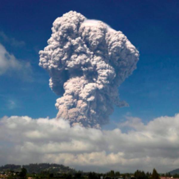 Indonesia, gigantesca eruzione del vulcano Sinabung
