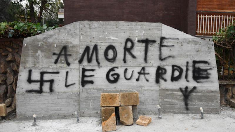 Svastiche e minacce sulla lapide di Moro
