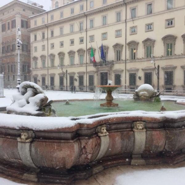 Roma paralizzata dalla neve, scuole chiuse anche oggi