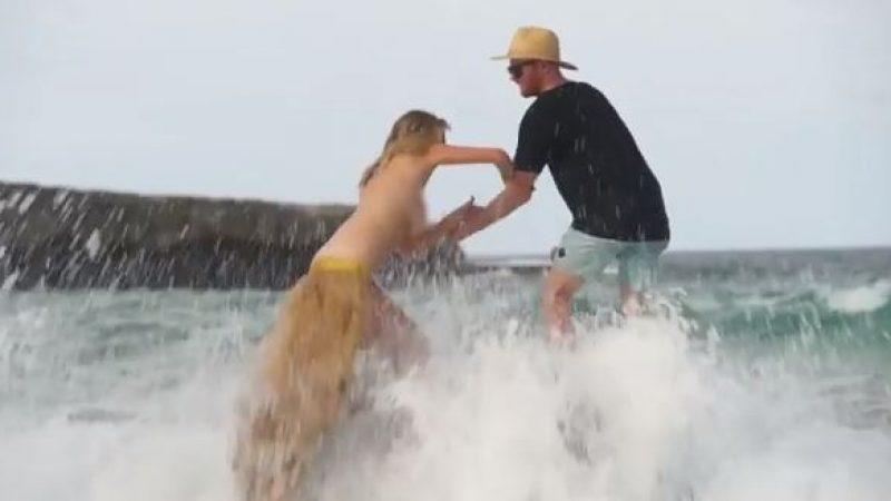 Kate Upton travolta da un'onda durante un servizio fotografico