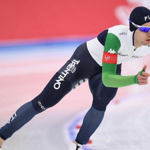 Pattinaggio velocità, Tumolero bronzo nei 10000 metri. Crolla Kramer