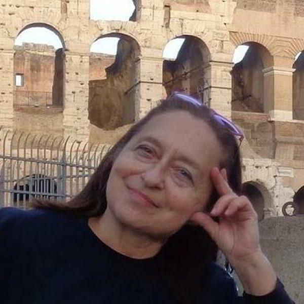 Roma, grillina precipita in una buca e cita il Comune