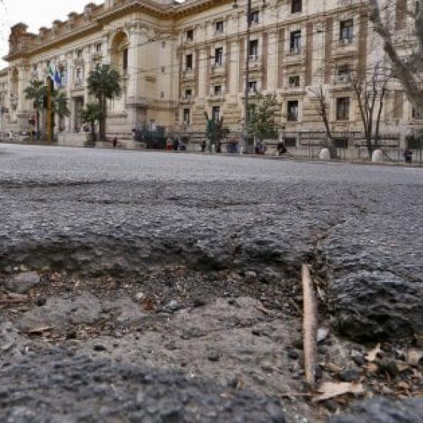 Buche a Roma, la Procura capitolina avvia le indagini