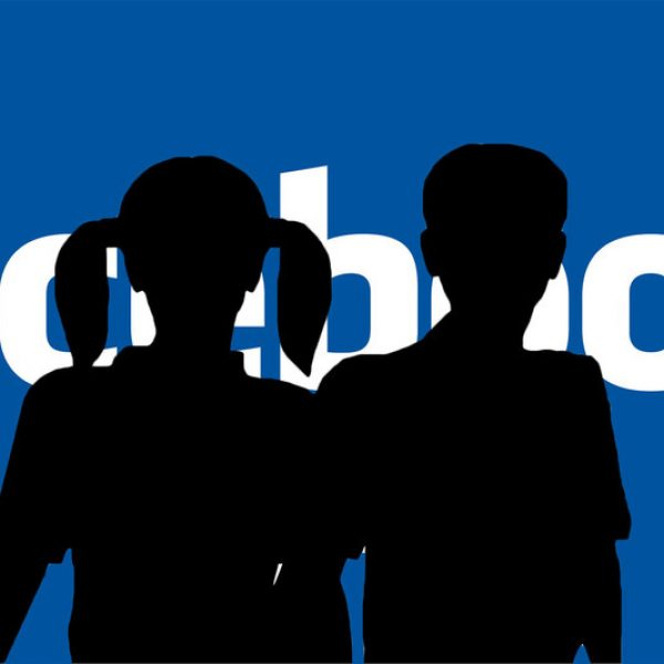 """Sondaggio-choc di Facebook: """"Lecito adescare minorenni sui social?"""""""