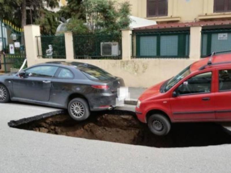 Roma: grossa voragine si apre sull'Appia, due auto in bilico