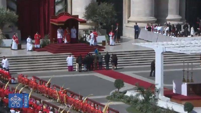 """Domenica delle Palme, il Papa ai giovani: """"Non restate zitti"""""""