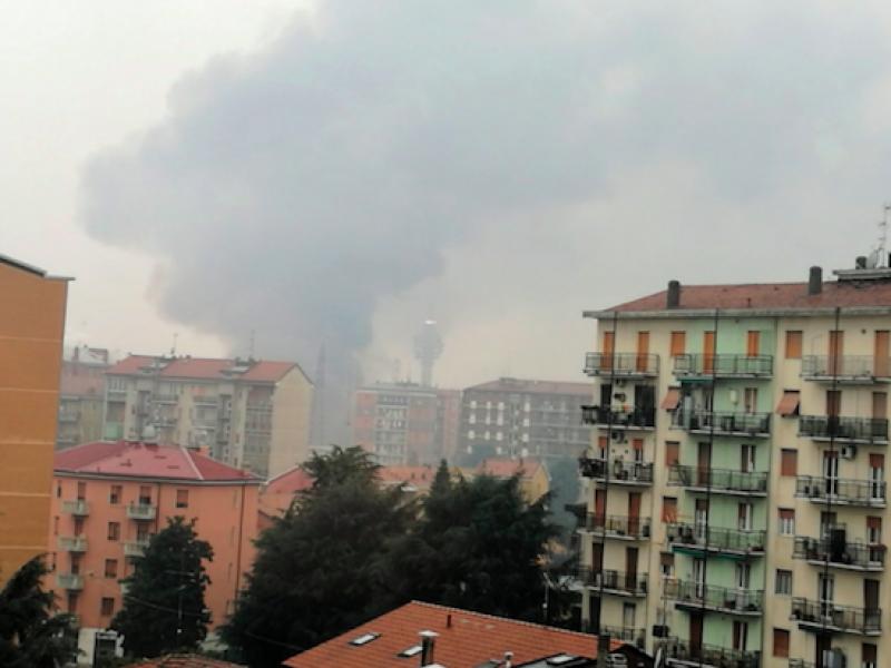 Milano, vasto incendio in cartiera a Cologno Monzese